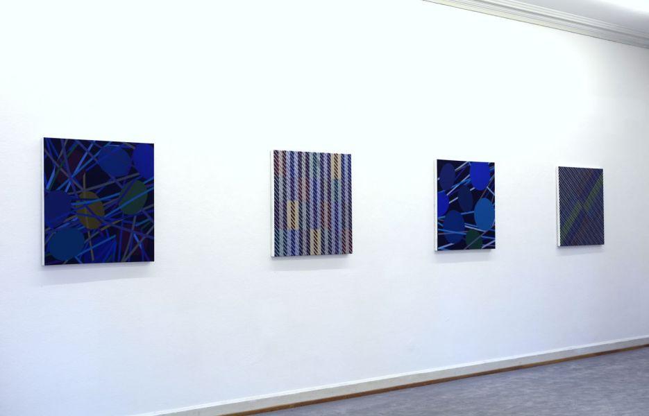 Ausstellungsansicht im Künstlerhaus Bregenz mit mehreren Bildern aus den Serien der Ovalkformationen und der Strings